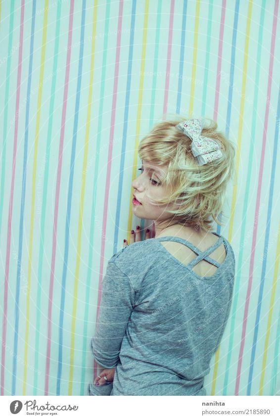 Junge blonde Frau, die in einem gestreiften Hintergrund aufwirft Mensch Jugendliche Junge Frau schön Einsamkeit 18-30 Jahre Erwachsene Leben Lifestyle feminin