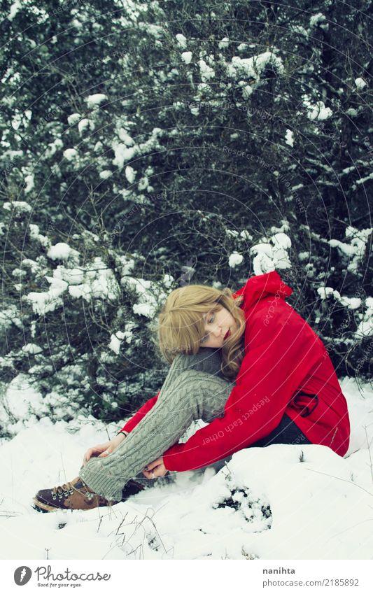 Mensch Natur Ferien & Urlaub & Reisen Jugendliche Junge Frau rot Ferne Winter Wald 18-30 Jahre Erwachsene Umwelt Lifestyle feminin Schnee Freiheit