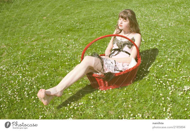 Junge Frau auf einem Gebiet der Blumen Mensch Natur Jugendliche Sommer grün rot Erholung 18-30 Jahre Erwachsene Umwelt Lifestyle Frühling Gesundheit feminin