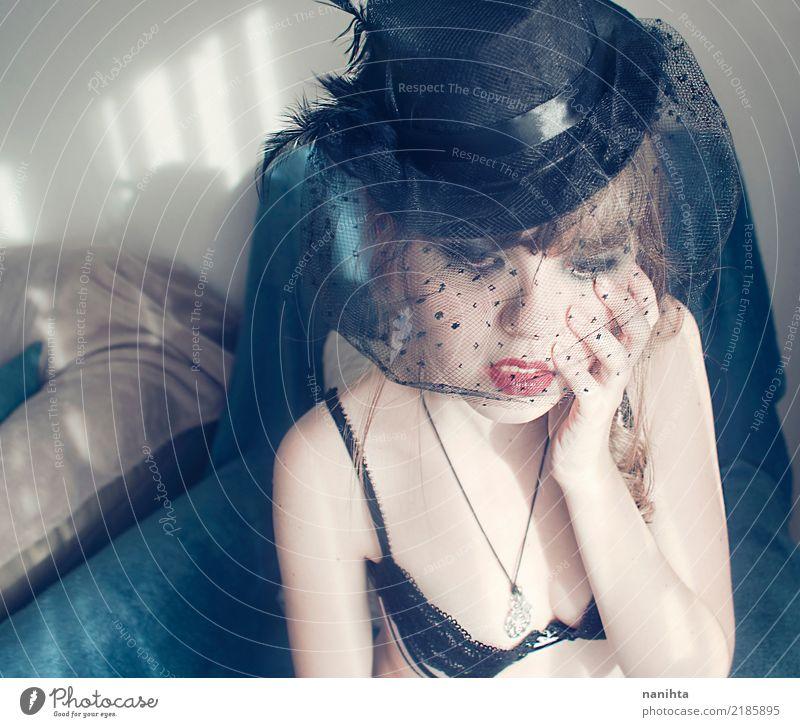 Junge Frau zu Hause, die einen Weinlesehut trägt Mensch Jugendliche blau schön weiß Erotik 18-30 Jahre Erwachsene Innenarchitektur feminin Denken braun