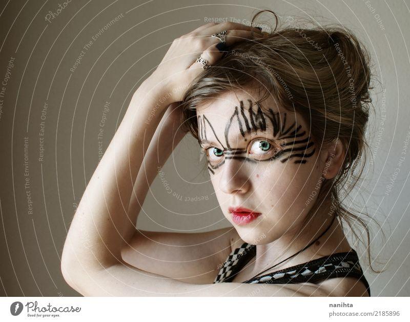Junge Frau mit merkwürdigen bilden Mensch Jugendliche schön weiß 18-30 Jahre schwarz Gesicht Erwachsene feminin Stil Kunst Haare & Frisuren braun Linie elegant