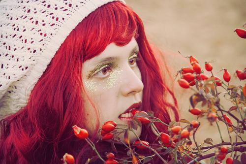 Junge Rothaarigefrau, die eine Beere beißt Frucht Beeren Essen Bioprodukte Lifestyle Stil schön Haut Gesicht Schminke Mensch feminin Junge Frau Jugendliche 1