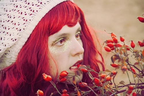 Junge Rothaarigefrau, die eine Beere beißt Mensch Jugendliche Junge Frau schön weiß rot 18-30 Jahre Gesicht Erwachsene Essen Lifestyle Herbst feminin Stil
