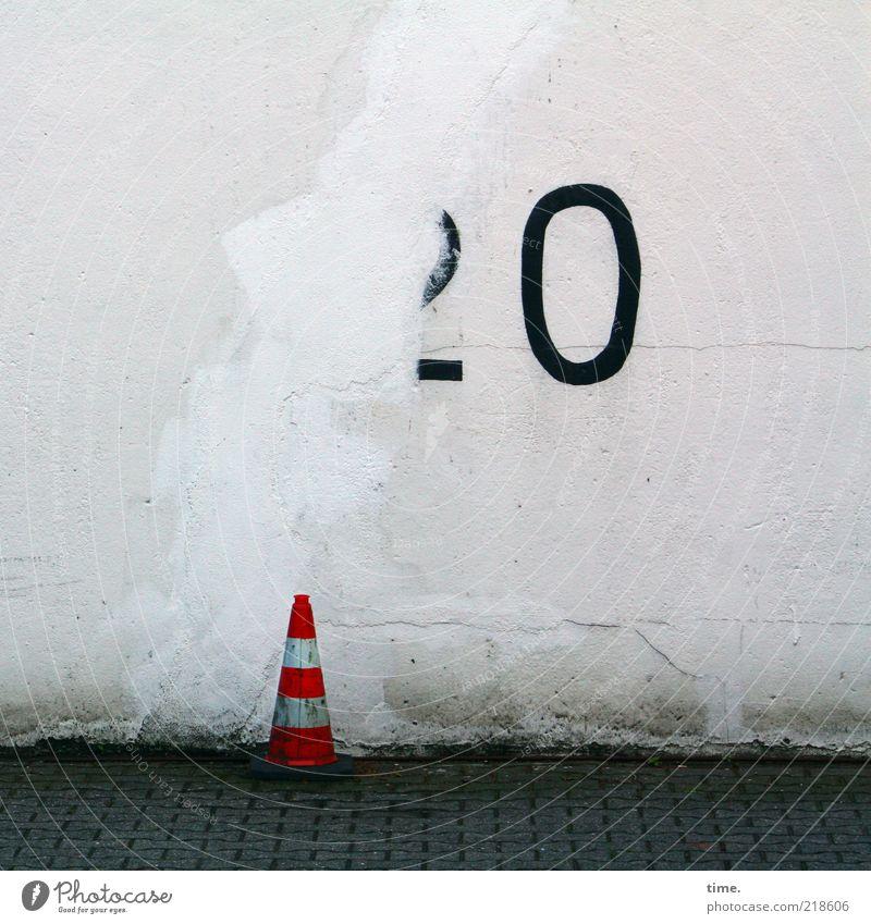 Wache schieben Verkehrsleitkegel Warnfarbe 20 Wand Mauer Putz Fußweg Stein Pflastersteine Pflasterweg Kopfsteinpflaster Menschenleer Außenaufnahme Sanieren