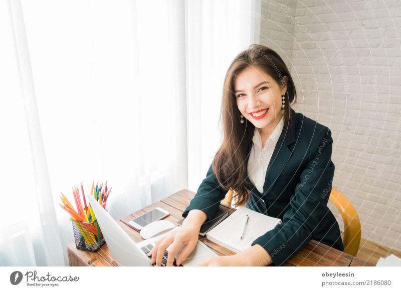 Eine Geschäftsfrau, die an dem Laptop arbeitet Frau Mensch schön Erwachsene Lifestyle Business Design Arbeit & Erwerbstätigkeit Büro Technik & Technologie