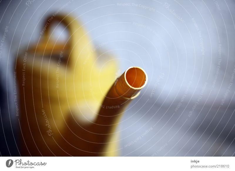 Gießkanne (Rüsseldetail) alt gelb Kreis retro Kunststoff diagonal Behälter u. Gefäße Tiefenschärfe