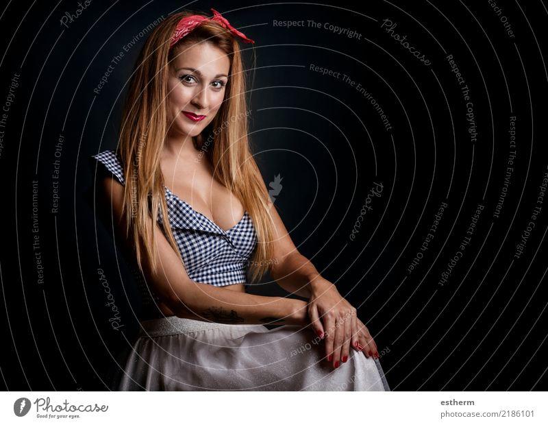 sexy Frau, die auf schwarzem Hintergrund lächelt Mensch Jugendliche Junge Frau schön Freude Erwachsene Lifestyle Gefühle feminin Stil elegant blond sitzen