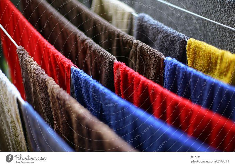 Frottee 60° Mensch blau weiß rot Sommer Farbe gelb braun Häusliches Leben weich Sauberkeit trocken Balkon diagonal Duft hängen