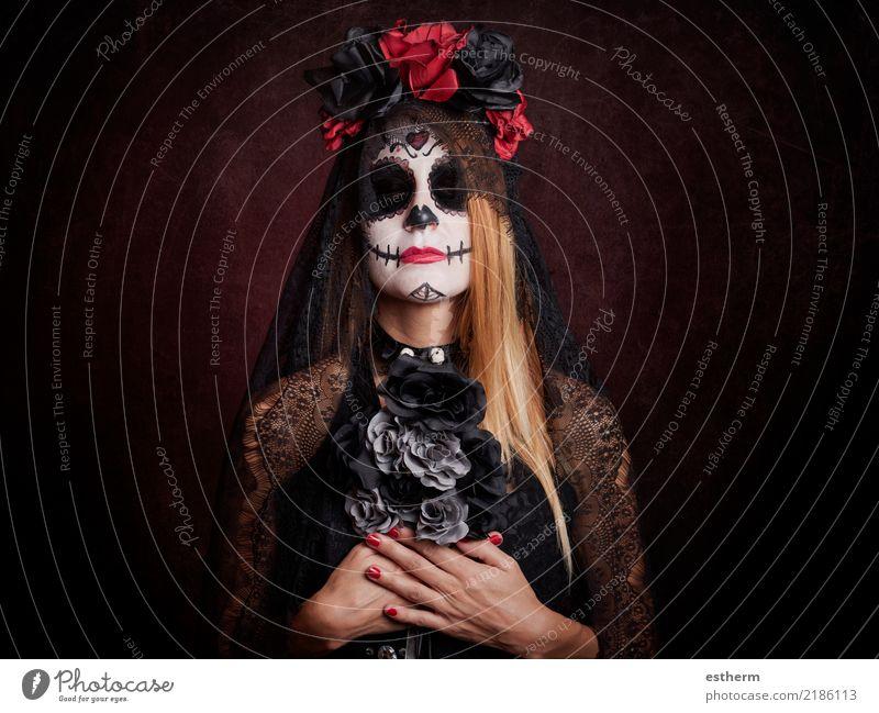 junge Frau im Halloween-Kostüm Mensch feminin Junge Frau Jugendliche Erwachsene 1 30-45 Jahre Bewegung Feste & Feiern dunkel fantastisch gruselig schön niedlich