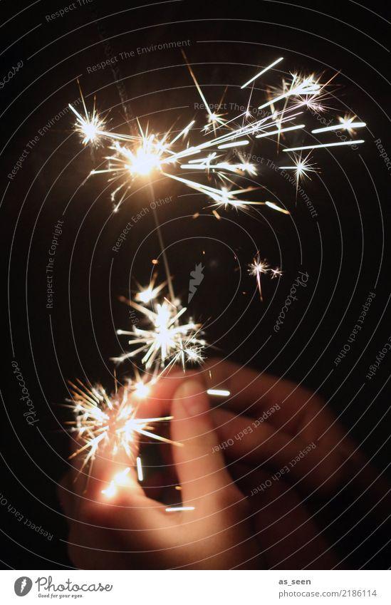 Licht im Dunklen II Lifestyle Nachtleben Entertainment Party ausgehen Feste & Feiern Weihnachten & Advent Silvester u. Neujahr Hand Finger 1 Mensch Wunderkerze