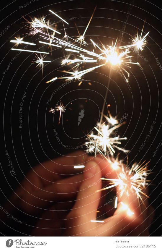 Licht im Dunklen Mensch Weihnachten & Advent weiß Hand schwarz Leben Gefühle Party Feste & Feiern fliegen hell leuchten glänzend gold Geburtstag Beginn