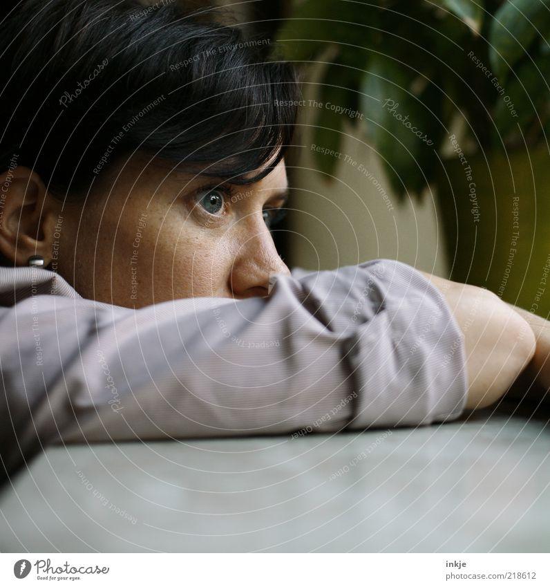 woran denkst Du? feminin Junge Frau Jugendliche Gesicht Auge Arme Denken Blick träumen Traurigkeit warten Ferne grün schwarz Hoffnung Sorge Trauer Liebeskummer