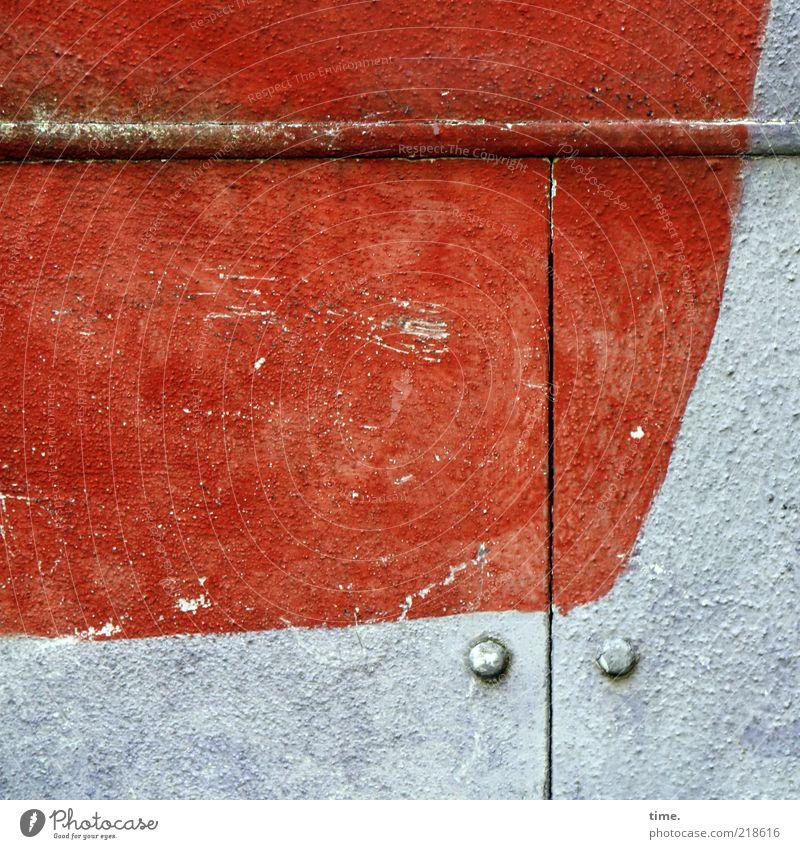 Wunst Tür Menschenleer Außenaufnahme rot weiß Linie Leiste Schlitz aufsteigen Kurve Klappe Verdeck 2 horizontal angemalt Farbe Gedeckte Farben Schatten dreckig