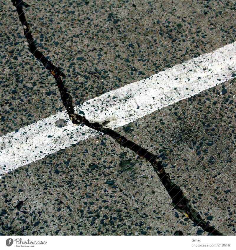 Black and White on Grey Beton Streifen dreckig schwarz weiß Farbe Bodenbelag Asphalt Teer Furche Linie Parkplatz diagonal Ecke Außenaufnahme Menschenleer Riss