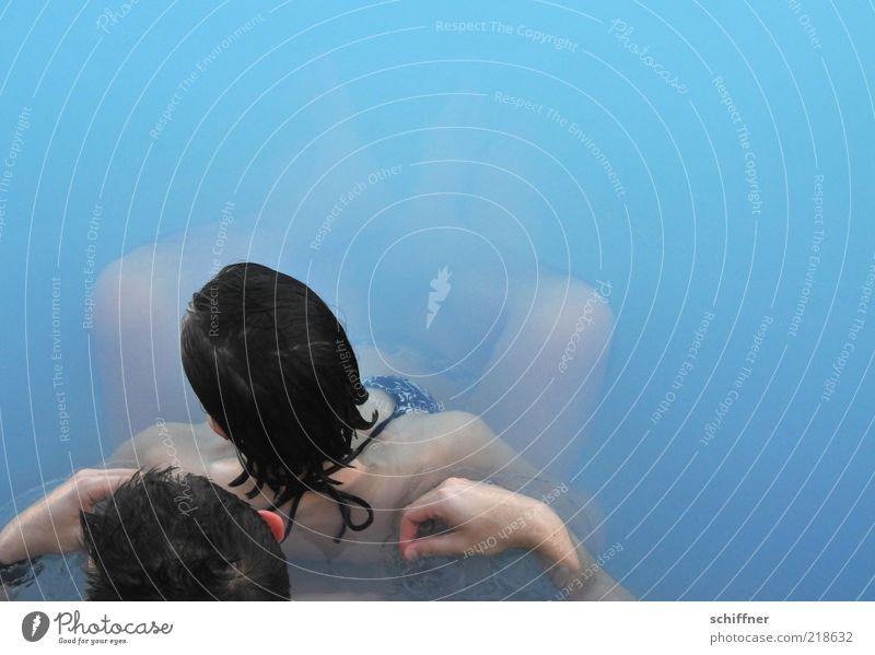 Paarbad Wellness harmonisch Spa Schwimmen & Baden Frau Erwachsene Mann Partner 2 Mensch genießen Wärme blau Lebensfreude Liebe Romantik Leichtigkeit türkis