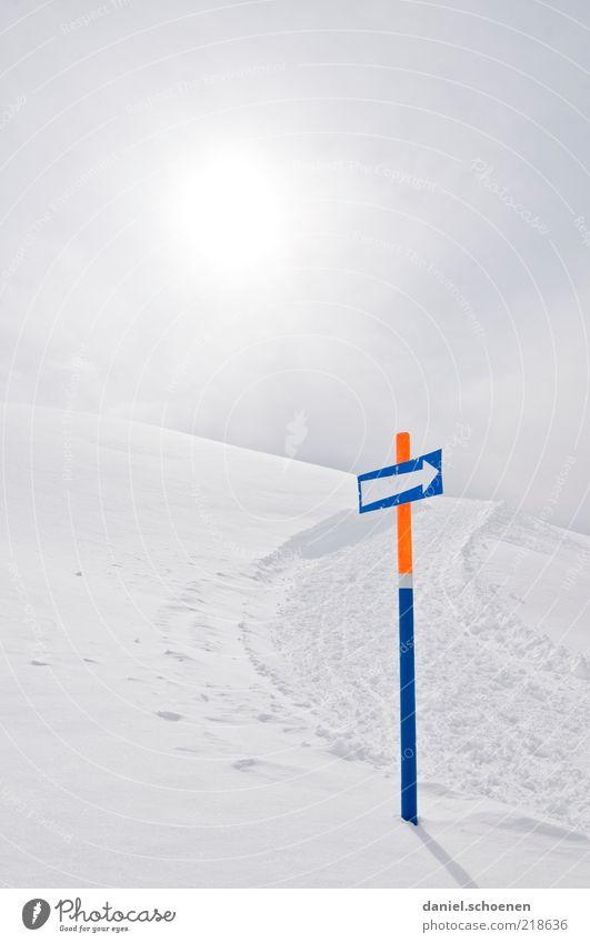 zum Winter da lang !! weiß Ferien & Urlaub & Reisen Schnee Wege & Pfade Eis hell Hintergrundbild Frost Klima Pfeil Richtung Hinweisschild Fußweg aufwärts
