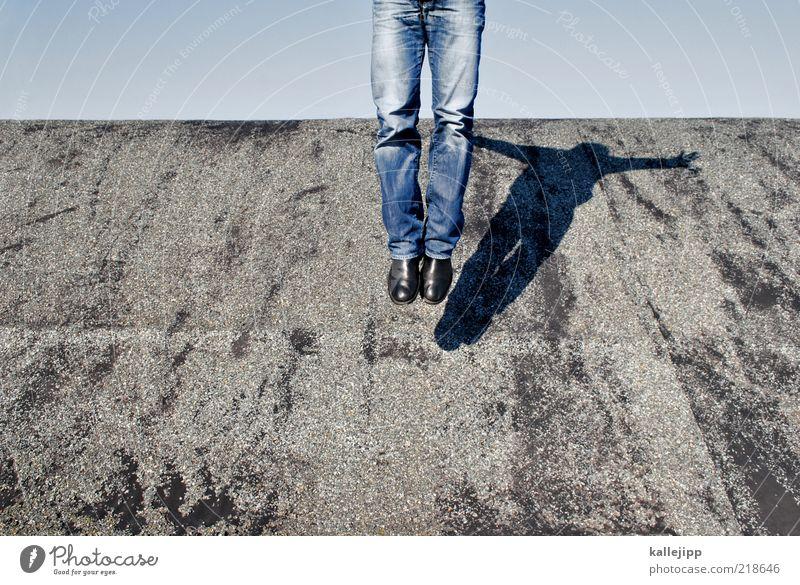dachnummer Mensch Beine 1 Jeanshose Stiefel fliegen springen Teerpappe Farbfoto Außenaufnahme Licht Schatten Kontrast Schweben leicht Leichtigkeit