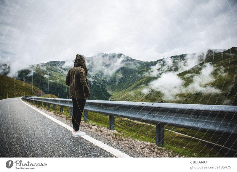 Mädchen steht auf einer Straße rechts durch die Alpen Lifestyle Freizeit & Hobby Ferien & Urlaub & Reisen Ausflug Abenteuer Ferne Freiheit Expedition Camping