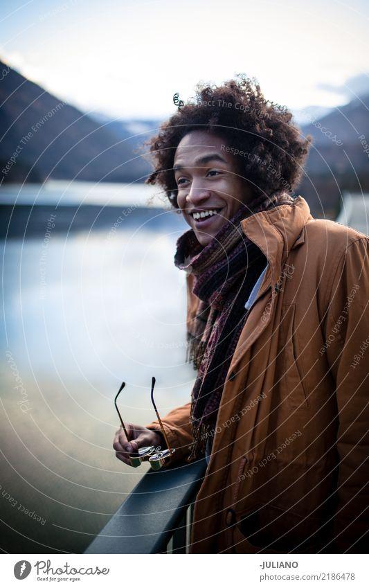 Mann genießt die großartige Aussicht mit Bergen im Hintergrund Lifestyle Freizeit & Hobby Ferien & Urlaub & Reisen Ausflug Abenteuer Ferne Freiheit Winter