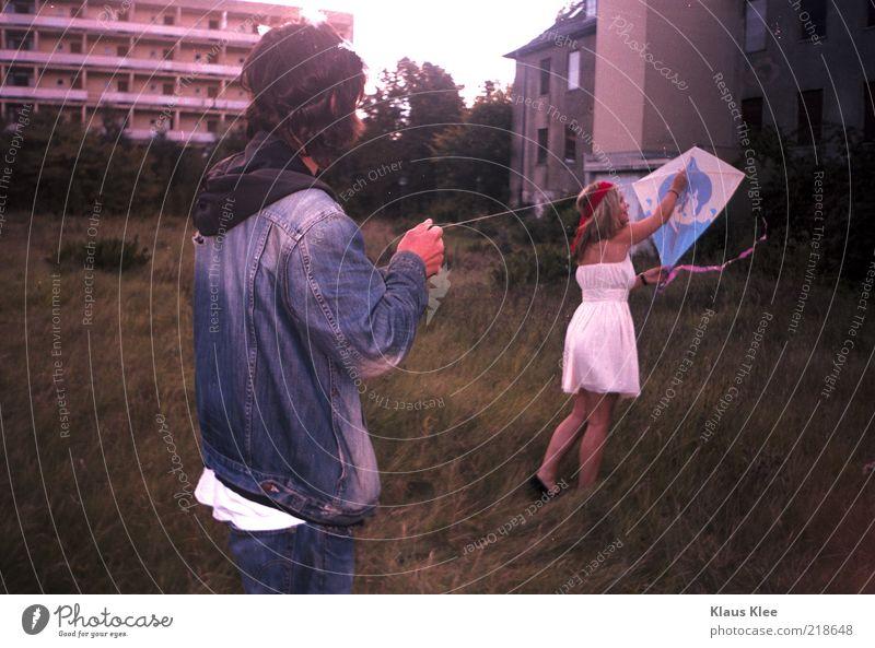 AND LET YOUR KITES RISE ::. 2 Mensch komplex Drache zeigen stoppen Drachensteigen Plattenbau Jeansstoff Wiese Kleid Delphine Schnur Freiheit Morgen lustig