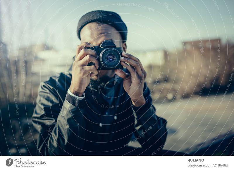 Junger Mann macht Foto mit Kamera Lifestyle Freizeit & Hobby Fotografie Ferien & Urlaub & Reisen Ausflug Abenteuer Städtereise Mensch maskulin Jugendliche 1
