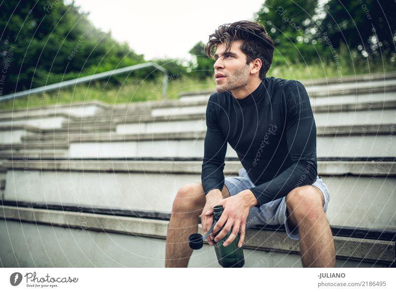 Junger Sportler sitzt im Treppenhaus mit Trinkflaschenbruch Trinkwasser Lifestyle Freude Körper Gesundheit Gesunde Ernährung Gesundheitswesen sportlich muskulös