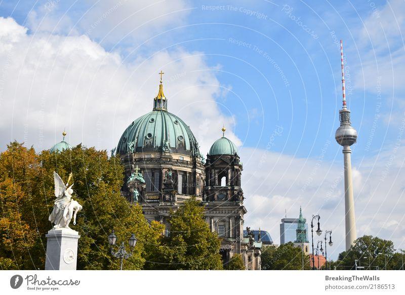 Blick auf Berliner Dom und Fernsehturm Ferien & Urlaub & Reisen alt Sommer Stadt Architektur Herbst Gebäude Tourismus Deutschland Ausflug modern Kirche Turm