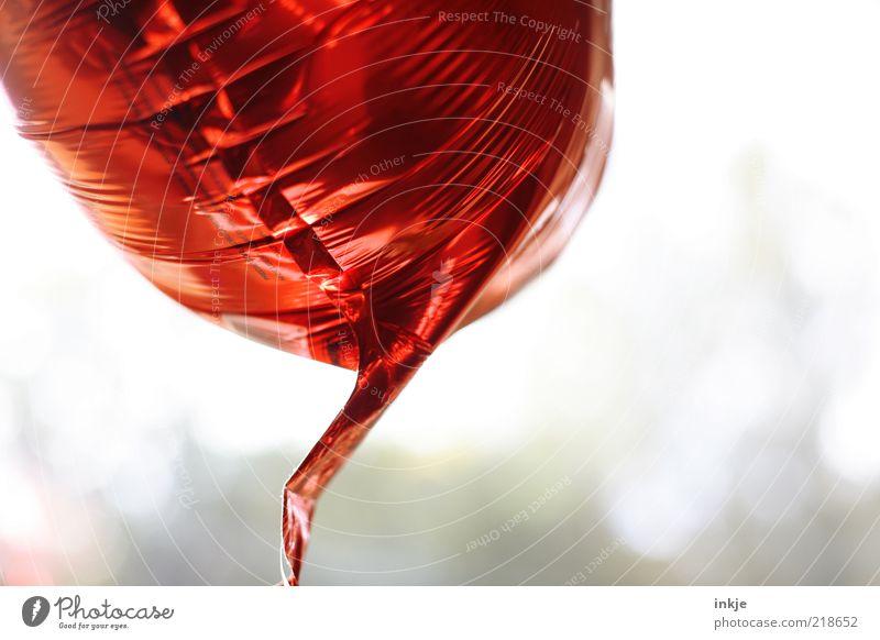 Ballon rot glänzend fliegen Design Dekoration & Verzierung Luftballon Schweben Bildausschnitt Anschnitt schimmern Helium Bewegung Wissenschaften