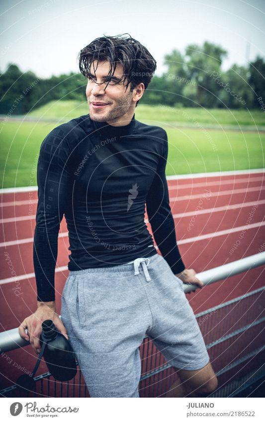 Sportmann nimmt Bremse an der Laufbahn Ernährung Trinkwasser Lifestyle Freizeit & Hobby Fitness Sport-Training Leichtathletik Sportler Erfolg Joggen Stadion