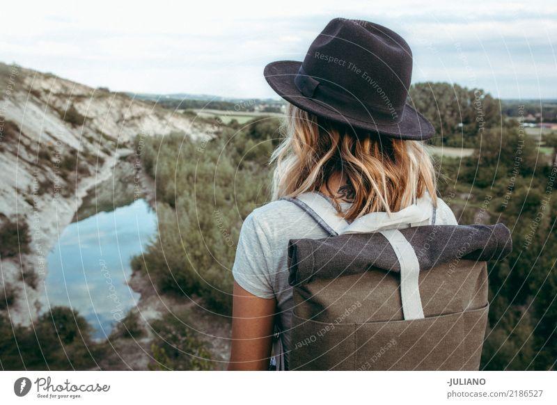 Junge Hippie-Frau sucht in der Dffetenz Lifestyle Freizeit & Hobby Ferien & Urlaub & Reisen Ausflug Abenteuer Ferne Freiheit Berge u. Gebirge wandern Mensch