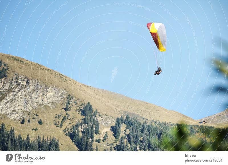 Flugwetter Himmel Sport Berge u. Gebirge Freiheit Luft Wind fliegen Abenteuer Alpen Sehnsucht Schweben Leichtigkeit Berghang Hängegleiter Fallschirm gleiten