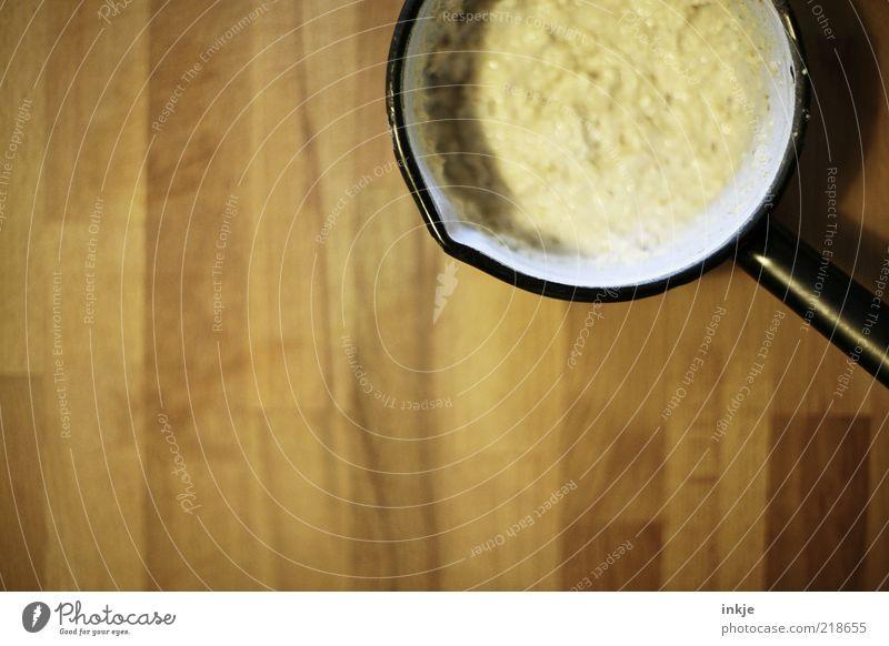 Omas Breitopf schwarz gelb Holz braun Ernährung Tisch einfach Speise Bildausschnitt Anschnitt Topf Vegetarische Ernährung Emaille Holztisch schleimig Brei