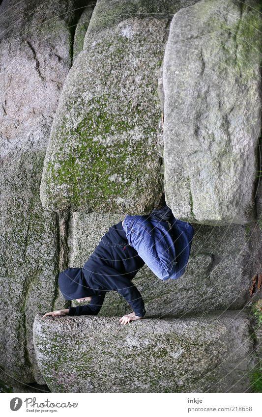 Nussknacker Natur Jugendliche blau Umwelt Spielen klein Stein Kindheit Kraft Freizeit & Hobby Felsen groß Abenteuer Jeanshose Klettern stark