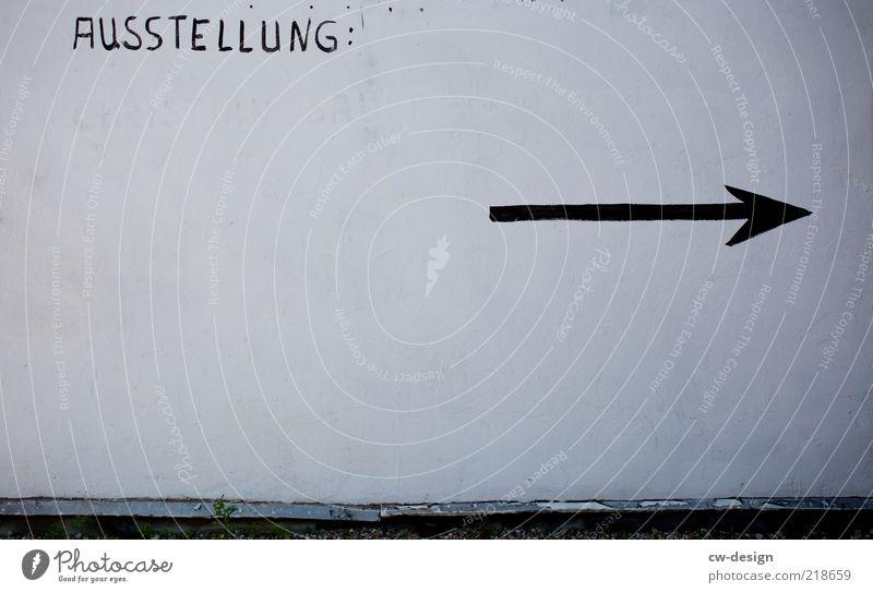 Kunst & Kultur Stil Design Ausstellung Kunstwerk Medien Mauer Wand Fassade Dekoration & Verzierung Stein Zeichen Pfeil alt trashig schwarz weiß modern Ziel