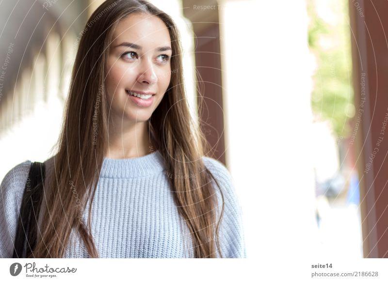 Portrait kaufen schön Sommer Sonne Studium Student Mädchen Junge Frau Jugendliche Herbst Stadt Fußgängerzone langhaarig Lächeln lachen ästhetisch hell klug