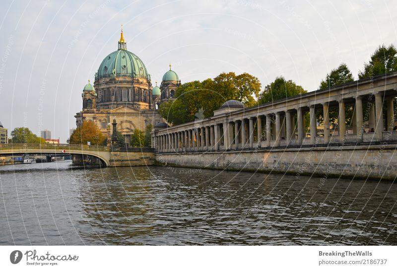 Blick auf die Berliner Dom (Berliner Dom) mit Säulen des Museums Ferien & Urlaub & Reisen Tourismus Ausflug Sightseeing Städtereise Sommer Fluss Spree