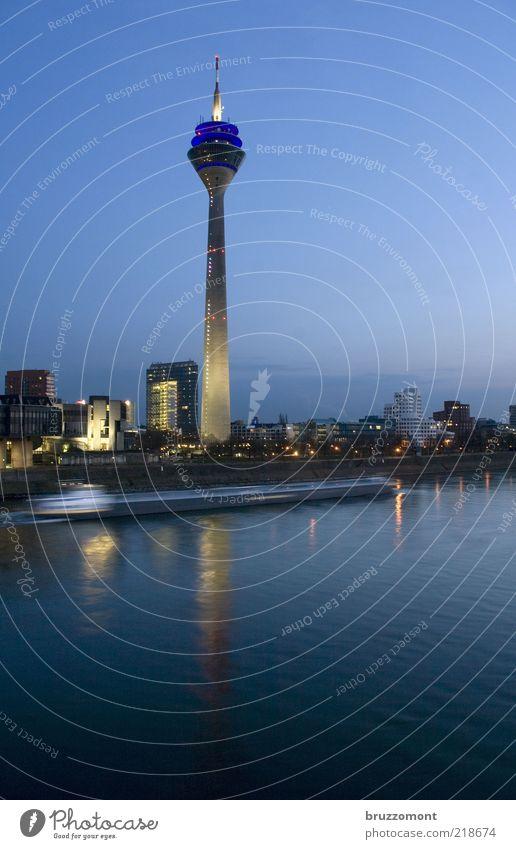 MS Franziska Wasser Flussufer Düsseldorf Hochhaus Bauwerk Architektur Fernsehturm Verkehr Verkehrswege Schifffahrt Binnenschifffahrt Frachter Bewegung modern