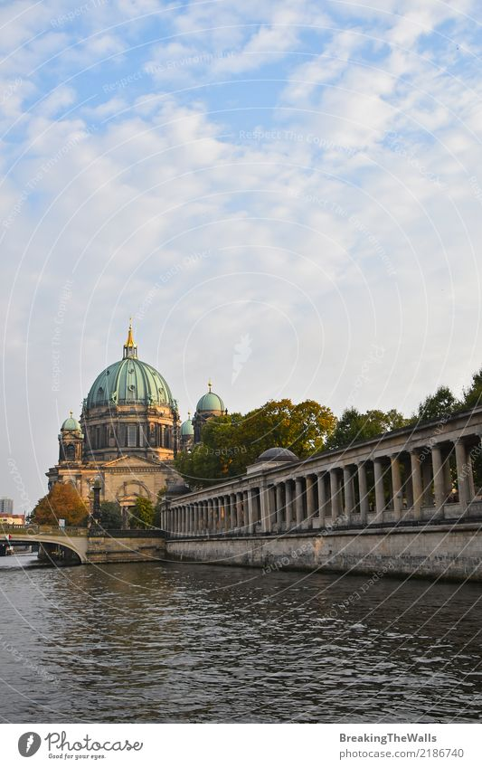 Blick auf die Berliner Dom (Berliner Dom) mit Säulen des Museums Ferien & Urlaub & Reisen Tourismus Sightseeing Städtereise Architektur Fluss Spree