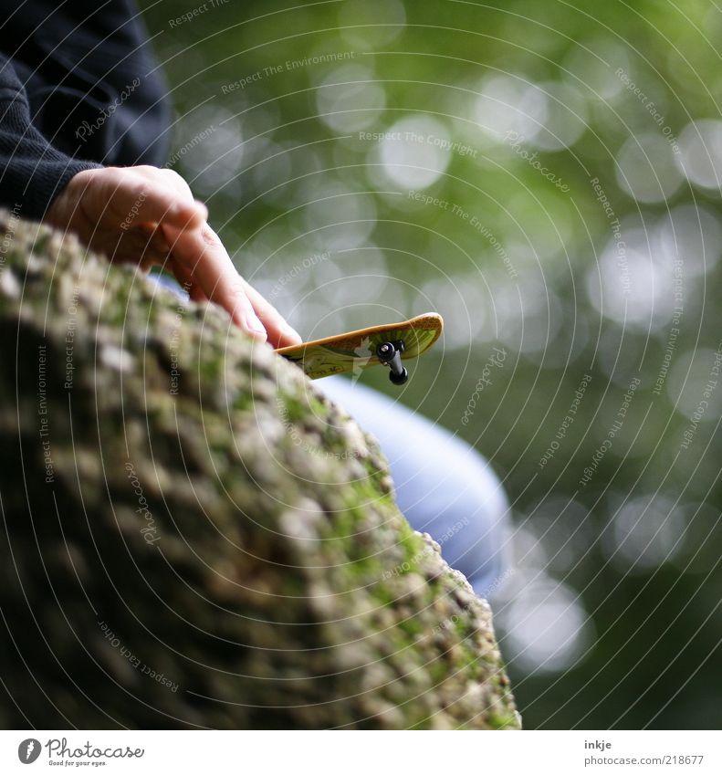 Stunt am Abgrund Hand grün Spielen oben klein Kindheit Felsen Freizeit & Hobby hoch Abenteuer gefährlich Lifestyle Sicherheit Coolness bedrohlich niedlich