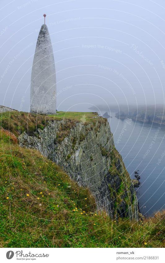 Da steht er gut. Umwelt Natur Landschaft Pflanze Urelemente Erde Wasser Gras Felsen Küste Bucht Fjord Insel Unendlichkeit maritim Nordirland Leuchtturm Klippe