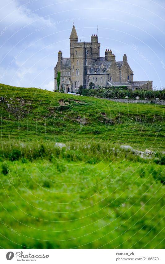 Burg in Irland Haus Traumhaus historisch grau grün Burg oder Schloss Gras hochformat düster alt geheimnisvoll allein einsam Republik Irland Wiese Schlossherr