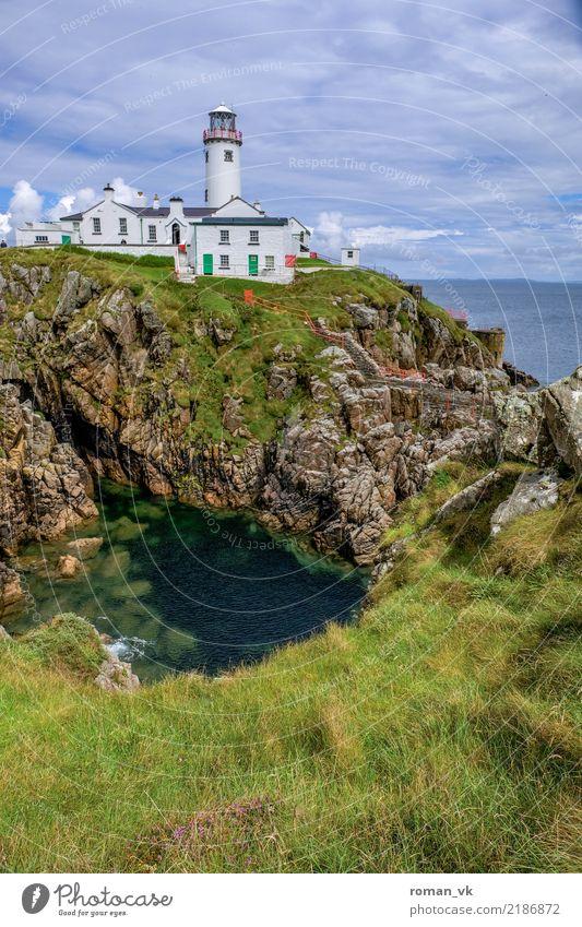 Damit sich die Iren nicht verirren Umwelt Natur Pflanze Wasser Himmel Wolken Gras Wiese Meer Insel Menschenleer Haus Turm Leuchtturm Bauwerk Gebäude Architektur