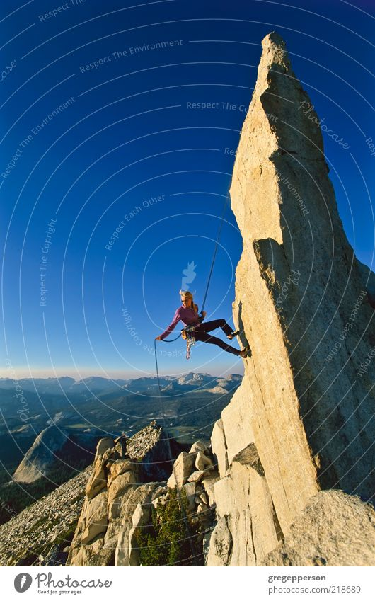 Weibliche Klettererin beim Abseilen. Abenteuer Freiheit Berge u. Gebirge Sport Klettern Bergsteigen Seil Junge Frau Jugendliche 1 Mensch 18-30 Jahre Erwachsene