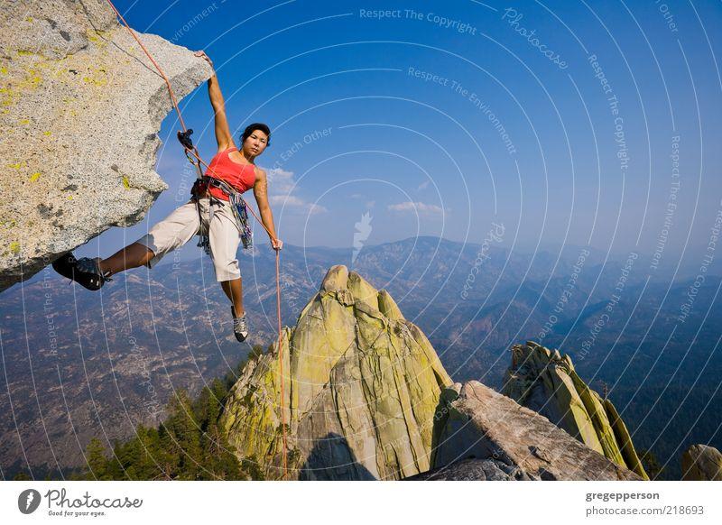 Weibliche Klettererin beim Abseilen. Abenteuer Klettern Bergsteigen Seil Junge Frau Jugendliche 1 Mensch 18-30 Jahre Erwachsene sportlich hoch Tatkraft