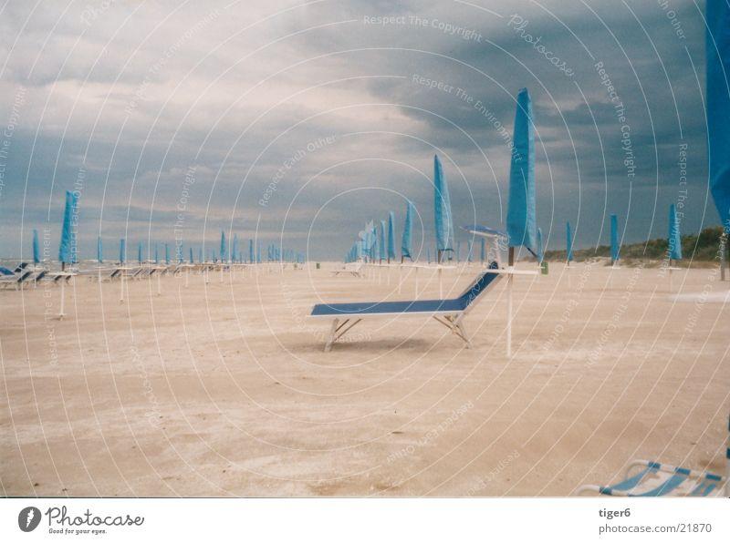 Ruhe vor dem Sturm Strand ruhig Sand Europa Regenschirm Liege Gewitter