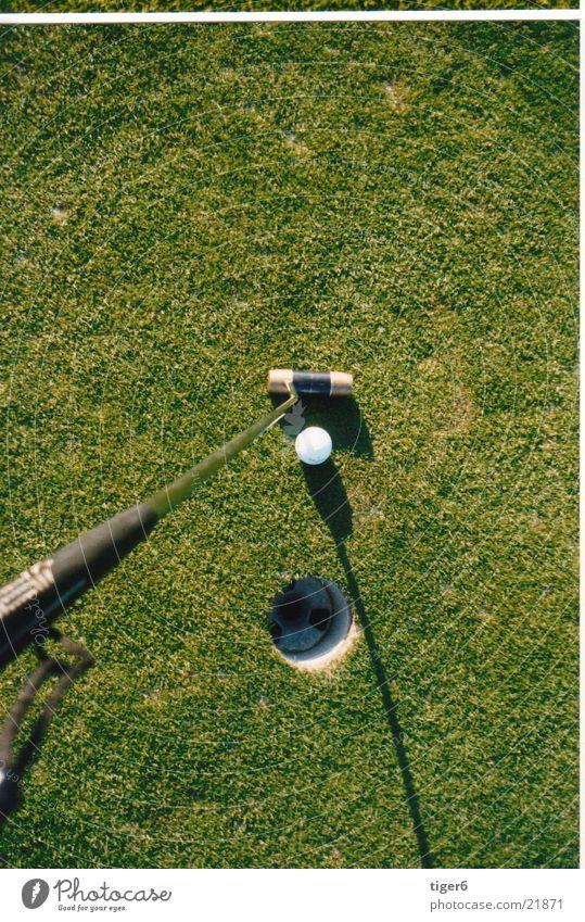 Loch von oben Vogelperspektive Sport Golf Ball verhaften