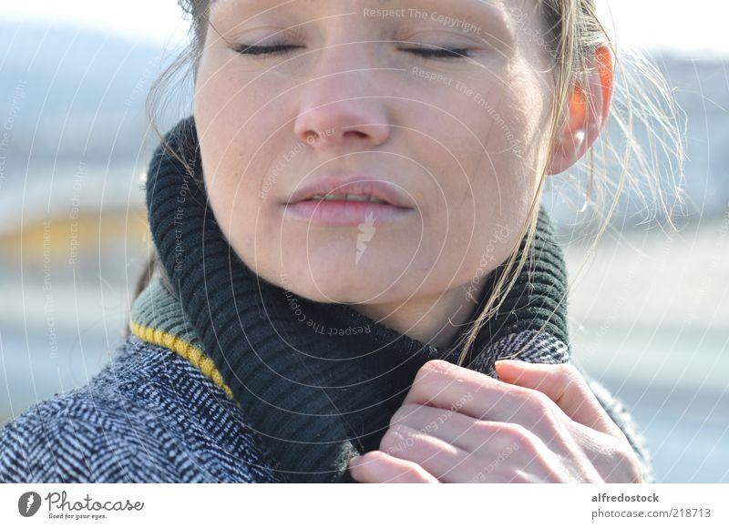 Mensch Jugendliche schön Gesicht Einsamkeit Erholung feminin Gefühle Denken Erwachsene frei Fröhlichkeit Frieden Lebensfreude geheimnisvoll