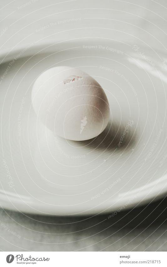 puristisch weiß Ernährung rund Geschirr Ei Teller Riss Bioprodukte Geburt minimalistisch entstehen Oval Kalk reduziert