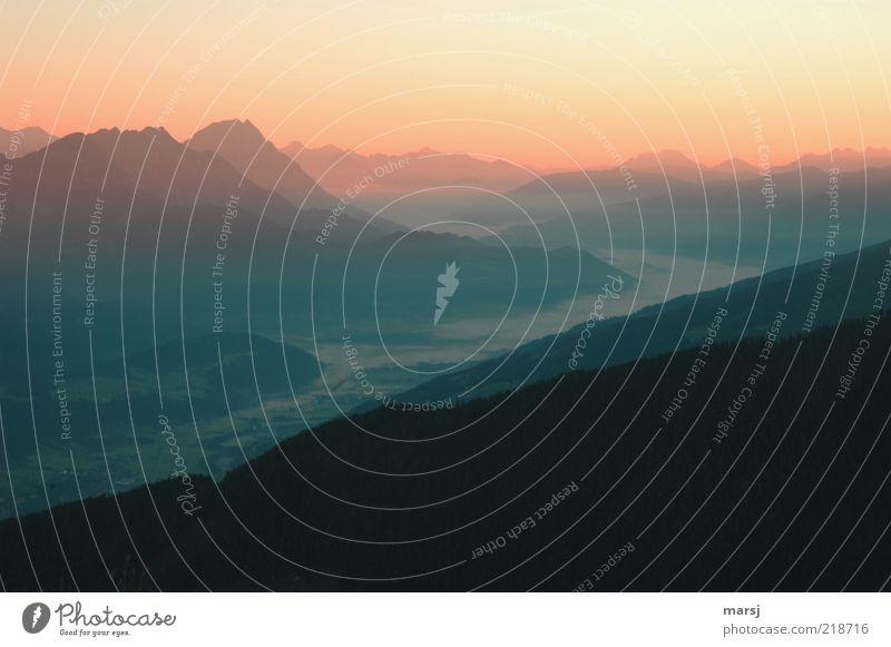 Morgengrauen harmonisch ruhig Ferne Freiheit Berge u. Gebirge Umwelt Natur Landschaft Himmel Wolkenloser Himmel Horizont Sonnenaufgang Sonnenuntergang