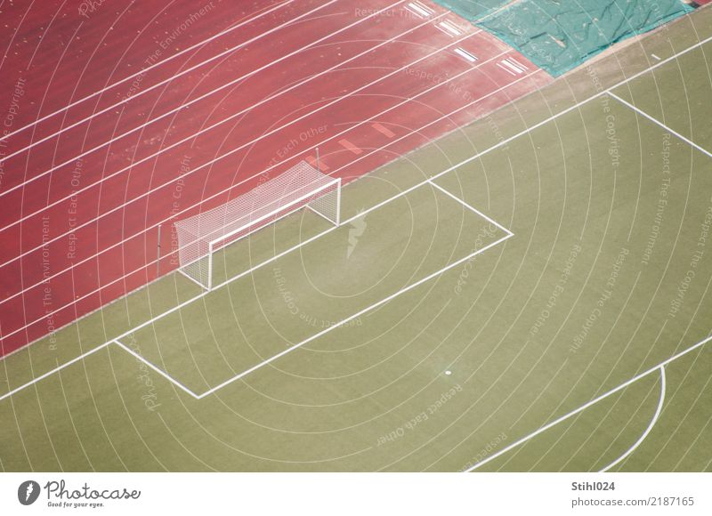viel Platz auf dem Platz grün rot Einsamkeit Ferne Traurigkeit Sport Freizeit & Hobby Linie Ordnung Fußball Tor Langeweile Erwartung Stadion Fußballplatz